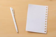 笔记的板料关于一张木桌 库存图片