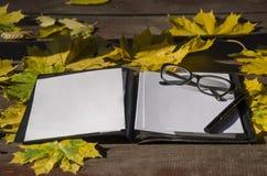 笔记的白皮书与笔 免版税库存图片