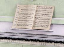 笔记的笔记本关于钢琴 免版税库存图片