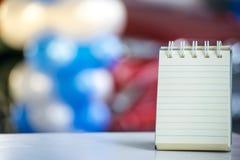 笔记的纸关于使用墙纸或背景的木头和bokeh背景 图库摄影