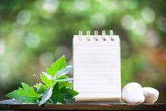 笔记的纸关于使用墙纸或背景的木头和bokeh背景 库存照片