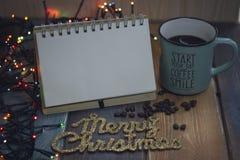 笔记薄、蓝色杯子和题字与圣诞节结婚 免版税库存照片