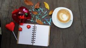 笔记薄、计算机和咖啡杯在办公室木桌,顶视图上 库存图片