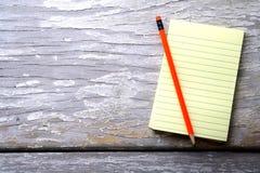 笔记薄和一支五颜六色的铅笔 库存照片