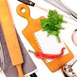 从笔记薄的纸文本或食谱的包围了厨房 免版税库存图片