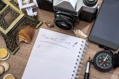 笔记薄,笔,照相机,指南针,埃佛尔铁塔,电话 免版税库存照片