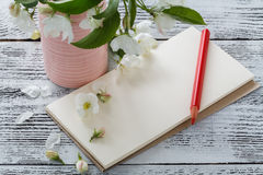 笔记,明信片,写在一张木葡萄酒桌上进展 花桃红色春天 图库摄影