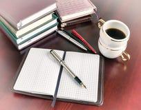 笔,开放笔记本,咖啡杯,葡萄酒 库存图片