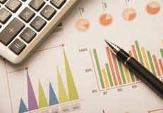 笔,计算器,财务的图表储蓄概念 免版税库存图片