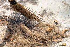 笤帚去除废弃物、干草和死的叶子 库存图片