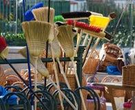 笤帚和柳条制品在一个室外商业市场 免版税库存图片