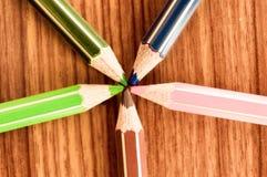 符号在点的图象中央力量会议 多色的铅笔蜡笔的选择的特写镜头,靠近 库存图片