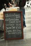符号在食物市场上 免版税库存照片