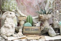 符号欢迎 与兔子雕象的葡萄酒家庭装饰,减速火箭 免版税图库摄影