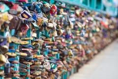 符号爱挂锁固定在grunwaldzki桥梁,弗罗茨瓦夫,波兰栏杆 浅景深和乳脂状的bokeh 免版税库存图片