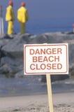 符号警告, danger�beach在背景中关闭了与清洁队 图库摄影