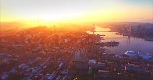 符拉迪沃斯托克市,金黄垫铁港口,金黄桥梁鸟瞰图  日出 股票视频