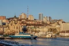 符拉迪沃斯托克的看法从海驻地的在晚秋天 免版税图库摄影