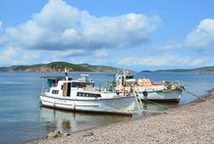 符拉迪沃斯托克,俄罗斯, 2017年9月, 02日 人们获得了小船一个假日到Klykov海岛在9月 免版税库存照片