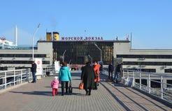 符拉迪沃斯托克,俄罗斯, 2017年10月, 25日 走在海洋驻地大厦附近的人们在秋天 免版税库存图片