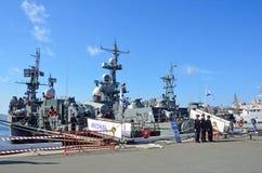 符拉迪沃斯托克,俄罗斯, 2015年10月, 05日 在码头的军舰在彼得大帝的堤防创新天 免版税库存照片