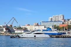 符拉迪沃斯托克,俄罗斯, 2015年10月, 05日 在码头33的船 免版税库存图片