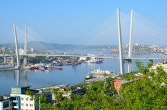 符拉迪沃斯托克,俄罗斯, 2016年6月, 01日 横跨金黄垫铁海湾的桥梁在多云天气的符拉迪沃斯托克 免版税库存照片