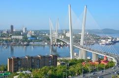 符拉迪沃斯托克,俄罗斯, 2016年6月, 01日 横跨金黄垫铁海湾的桥梁在多云天气的符拉迪沃斯托克 免版税库存图片