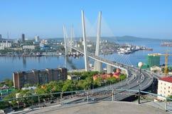 符拉迪沃斯托克,俄罗斯, 2016年6月, 01日 横跨金黄垫铁海湾的桥梁在符拉迪沃斯托克在晴天 免版税图库摄影