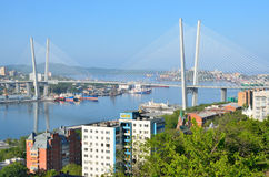 符拉迪沃斯托克,俄罗斯, 2016年6月, 01日 横跨金黄垫铁海湾的桥梁在符拉迪沃斯托克在晴天 免版税库存图片