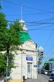 符拉迪沃斯托克,俄罗斯, 2016年6月, 03日 汽车是在街道Svetlanskaya, 134上的革命前被修建的近的豪宅 现在的phot 库存照片