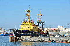 符拉迪沃斯托克,俄罗斯, 2016年6月, 01日 船Neptunia在符拉迪沃斯托克港  库存照片