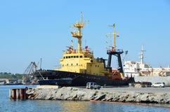 符拉迪沃斯托克,俄罗斯, 2016年6月, 01日 船Neptunia在符拉迪沃斯托克港  库存图片