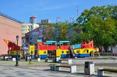 符拉迪沃斯托克,俄罗斯, 2016年6月, 03日 Tsesarevitch堤防的儿童` s操场在符拉迪沃斯托克在夏天 免版税库存图片