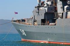 符拉迪沃斯托克,俄罗斯2017年5月02日:俄国军舰海军上将Panteleev的片段 免版税图库摄影