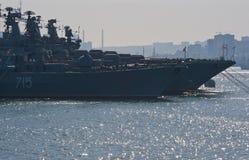 符拉迪沃斯托克,俄罗斯2017年5月02日:军事运送在主要军事基地的码头在符拉迪沃斯托克 免版税库存图片