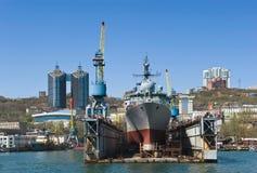符拉迪沃斯托克,俄罗斯2017年5月02日:探险船Pribaltika在修理的船坞站立在符拉迪沃斯托克 免版税图库摄影