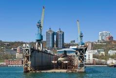 符拉迪沃斯托克,俄罗斯2017年5月02日:潜水艇在修理的船坞在符拉迪沃斯托克 库存图片