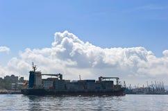 符拉迪沃斯托克,俄罗斯2015年9月02日:集装箱船东京贸易商通过金黄垫铁的海湾移动 图库摄影