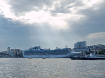 符拉迪沃斯托克,俄罗斯- 2015年9月2日:Cruiseship金刚石o公主 免版税库存照片