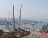 符拉迪沃斯托克,俄罗斯- 7月7 :闪光暴民我爱在金黄桥梁的符拉迪沃斯托克。 库存图片