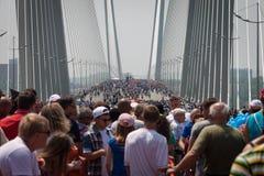 符拉迪沃斯托克,俄罗斯- 7月7 :闪光暴民我爱在金黄桥梁的符拉迪沃斯托克。 图库摄影