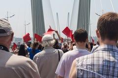 符拉迪沃斯托克,俄罗斯- 7月7 :闪光暴民我爱在金黄桥梁的符拉迪沃斯托克。 免版税库存照片