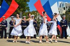 符拉迪沃斯托克, 2015年10月, 05日 太平洋舰队的歌曲和舞蹈合奏音乐会在符拉迪沃斯托克的 自由入口 免版税库存照片