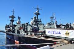 符拉迪沃斯托克, 2015年10月, 05日 Metel是一艘小反潜艇船 库存照片