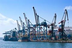 符拉迪沃斯托克 俄罗斯- 2015年9月02日:船在停泊处集装箱码头 免版税库存照片