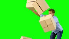 笨拙的人滴下的箱子下来在绿色屏幕上 股票视频