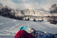 第一个人坐降雪的小山 免版税库存照片