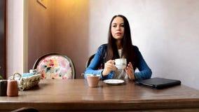 第一个女孩在茶或咖啡要投入糖 股票录像