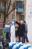 第一个被点燃的火炬拿着特维尔亚历山大科尔津和运动员市长 免版税库存图片
